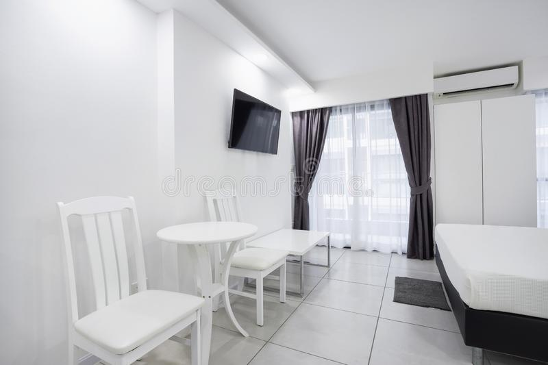 Begrepp av den moderna bosatta modellen för lägenhetrumgarnering i vit royaltyfri bild