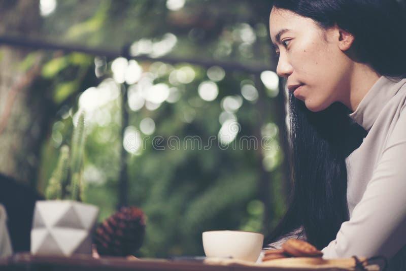 Begrepp av den morgonkaffe och frukosten i ett utomhus- kafé Hand arkivbilder