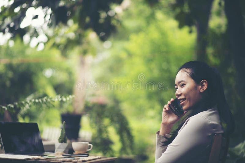 Begrepp av den morgonkaffe och frukosten i ett utomhus- kafé Hand royaltyfri fotografi