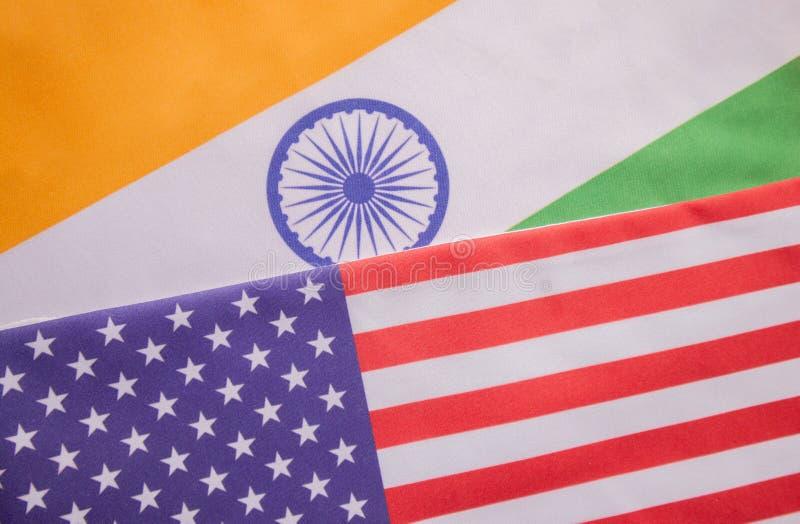 Begrepp av det bilaterala förhållandet mellan två länder som visar med två flaggor: Amerikas förenta stater och Indien arkivfoton