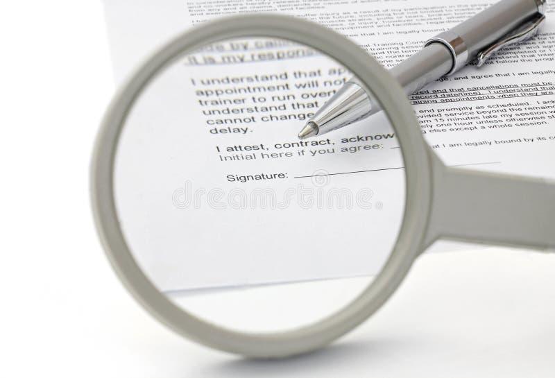 Begrepp av det bra avtalet med förstoringsglaset royaltyfria foton