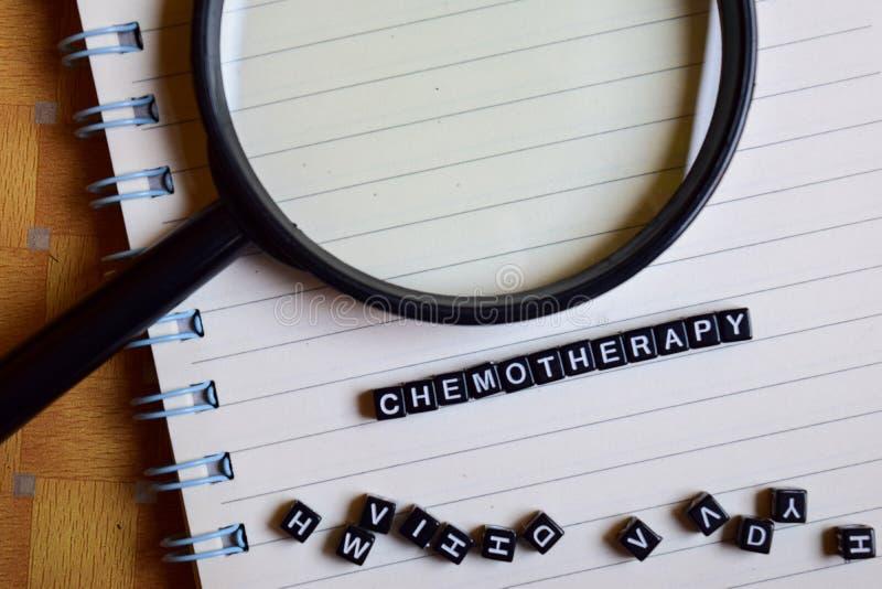Begrepp av det Chemotheraphy ordet på träkuber med böcker i bakgrund arkivbilder
