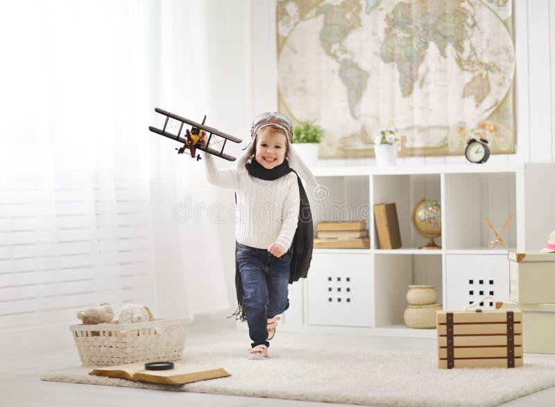 Begrepp av drömmar och resor barn som spelar med en flygplanpi royaltyfria bilder