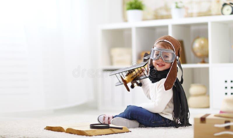 Begrepp av drömmar och resor pilot- flygarebarn med en leksak a royaltyfri foto