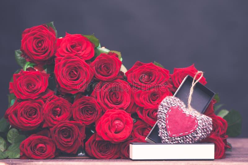 Begrepp av en gåva för valentin dag royaltyfria bilder