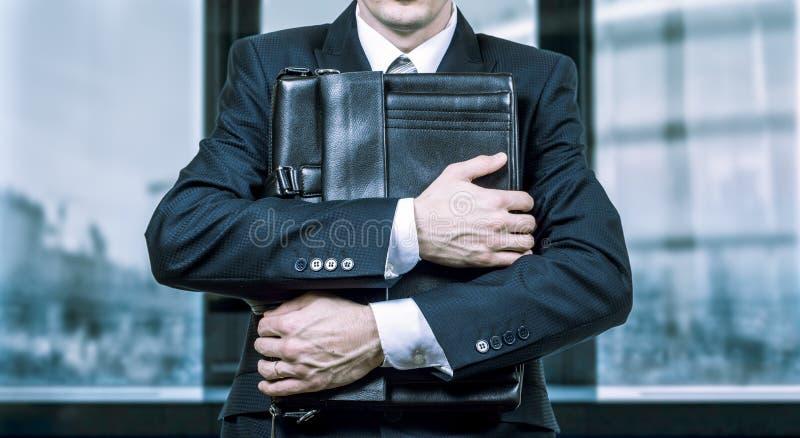 Begrepp av en stressad affärsman under tryck Skräck av sysselsättningsminskning arkivfoton