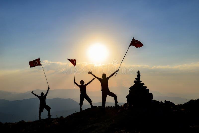 Begrepp av ett affärslag Lag av lyckat affärsfolk som erövrar bergmarknadsöverkanten royaltyfri foto