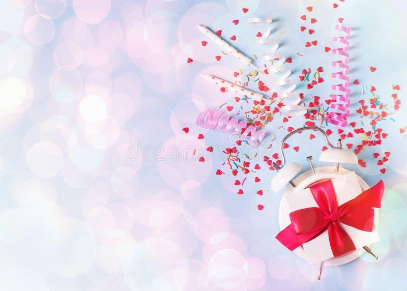 Begrepp av födelsedag-, valentin- och partitid på blå pastellfärgad bakground med larmet royaltyfri bild