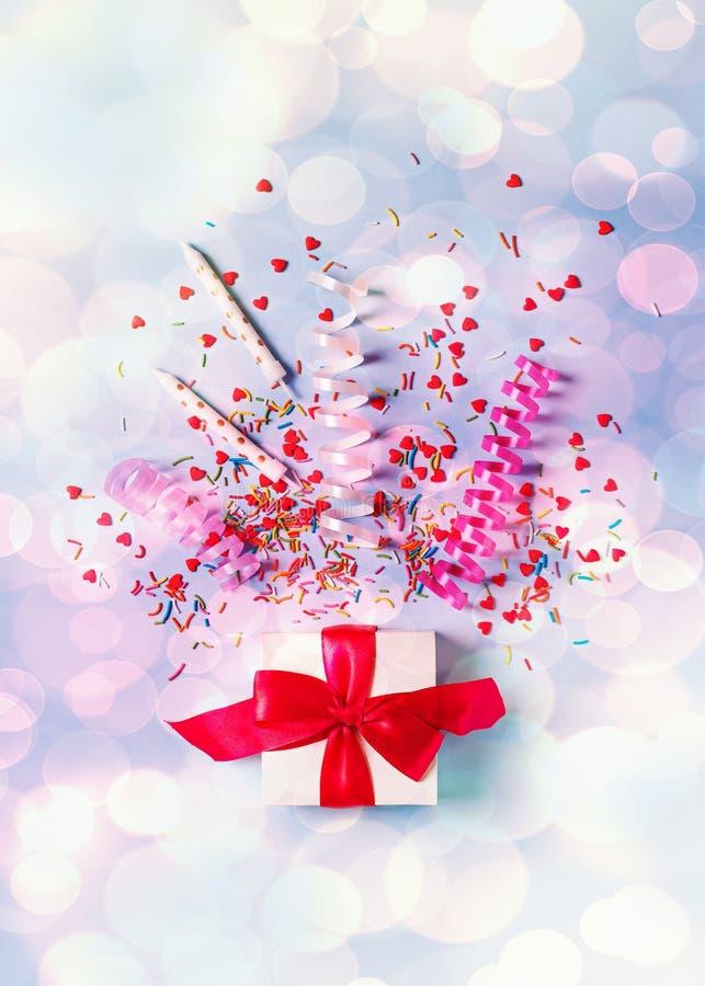 Begrepp av födelsedag-, valentin- och partitid på blå pastellfärgad bakground med larmet royaltyfria bilder