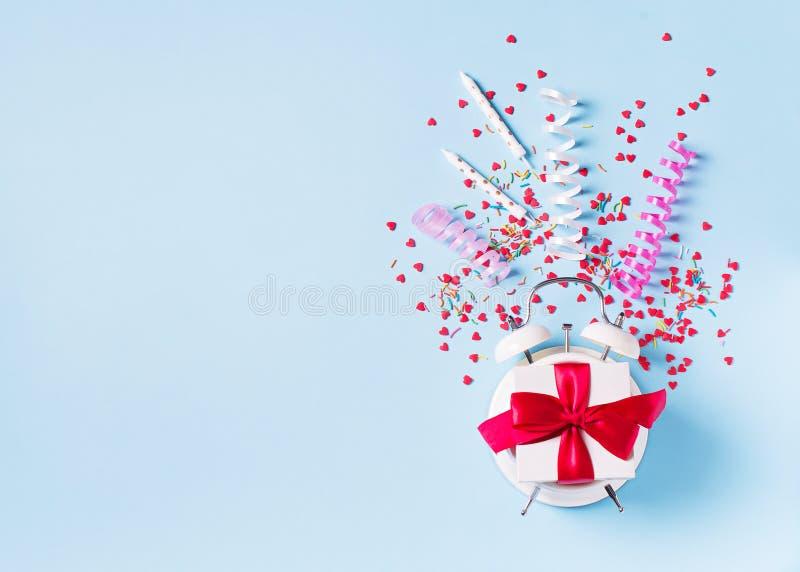 Begrepp av födelsedag-, valentin- och partitid på blå pastellfärgad bakground med larmet arkivbilder