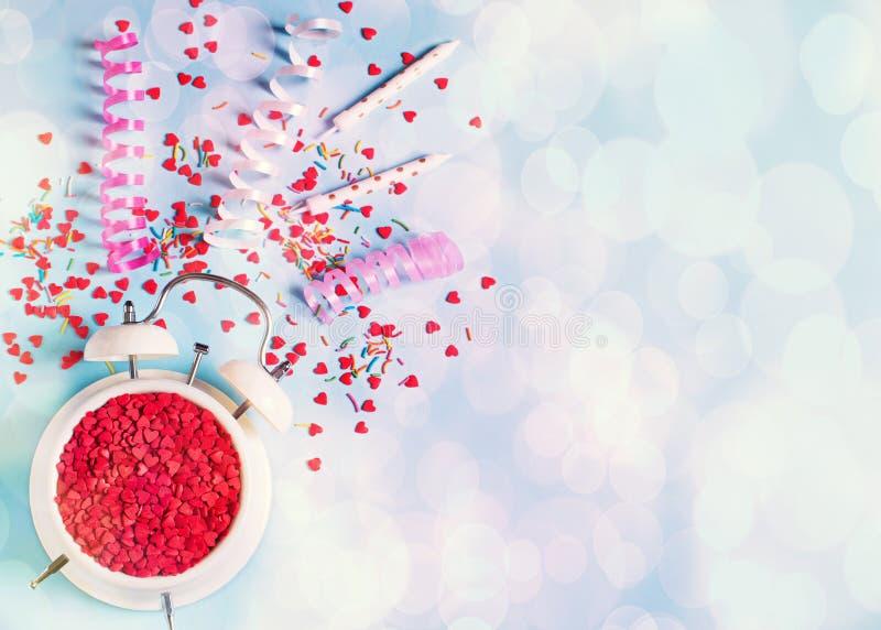 Begrepp av födelsedag-, valentin- och partitid på blå pastellfärgad bakground med larmet arkivbild