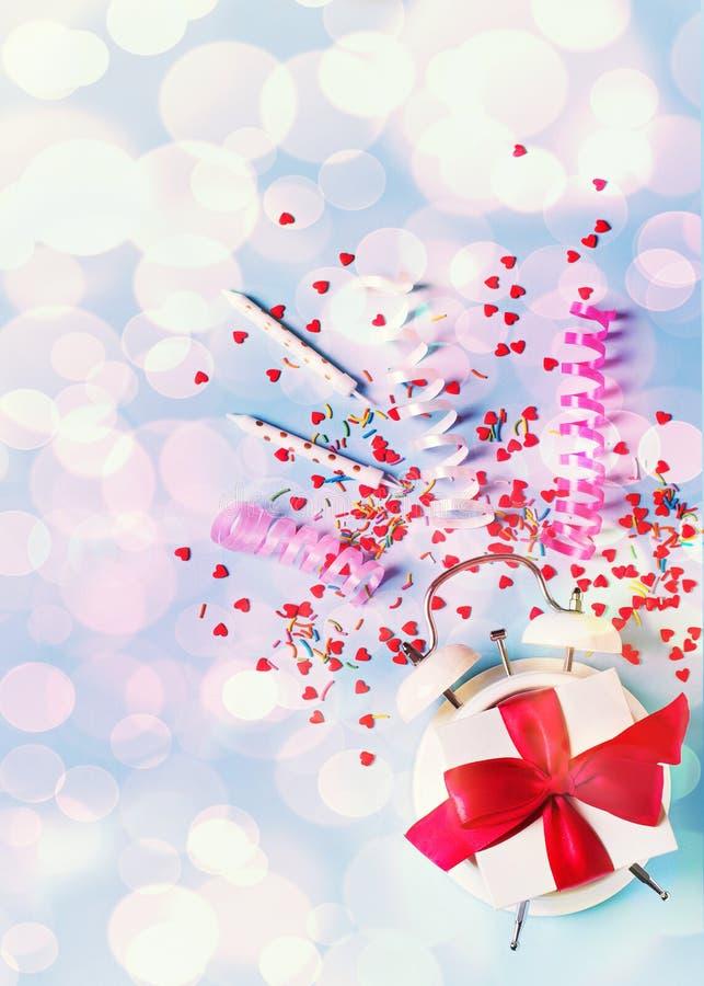 Begrepp av födelsedag-, valentin- och partitid på blå pastellfärgad bakground med larmet royaltyfri fotografi