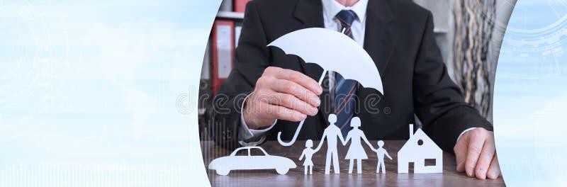 Begrepp av familj-, hem- och bilskydd, f?rgeffekt royaltyfria foton