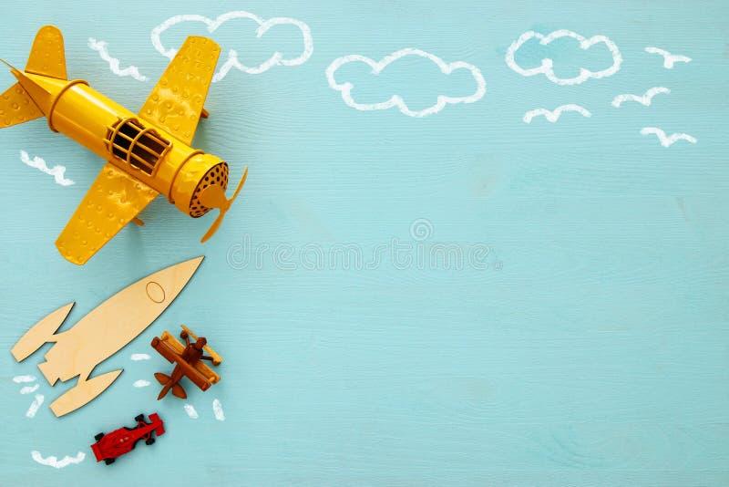Begrepp av fantasi, kreativitet, att drömma och barndom Gamla leksaker: bilen, raket och nivån med informationsdiagram skissar arkivfoto
