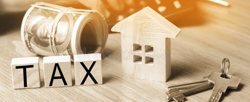 Begrepp av fastighetsskatter, köpet och försäljningen av egenskapen och houen royaltyfria foton
