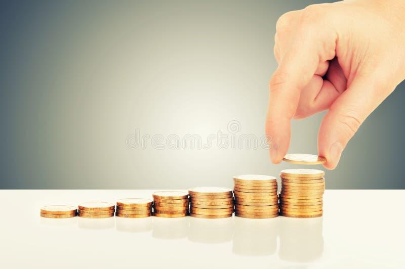 Begrepp av finansiell tillväxt. räcka, och guld- myntar royaltyfri fotografi