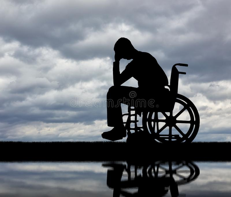 Begrepp av folk med handikapp som erfar sorgen för förlusten av hälsa fotografering för bildbyråer