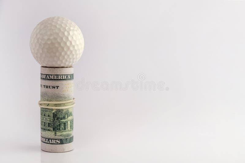 Begrepp av golfarekonkurrenser för pengar, finansiell risk, korruption eller att slå vad för sportar Golfboll överst av en rulle  royaltyfria bilder