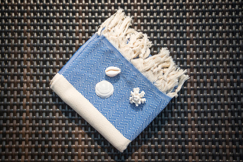Begrepp av handduken för blått för lägenhet den lekmanna- vit turkiska och på rottingdagdrivare royaltyfri foto