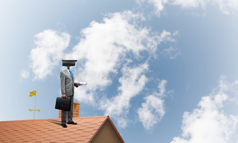 Begrepp av hem- säkerhet och avskildhetsskydd med den hövdade mannen för kamera arkivfoto