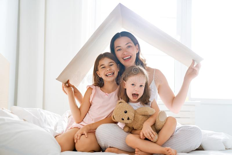 Begrepp av hus f?r ung familj arkivbild