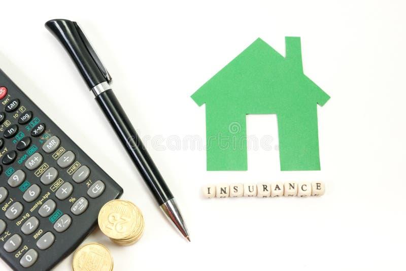 Begrepp av husköpet och försäkring Tabell för kontorsskrivbord med bästa sikt för tillförsel Räknemaskin guld- mynt, penna royaltyfri bild