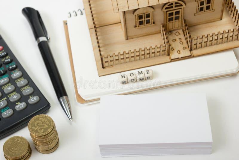 Begrepp av husköpet och försäkring Tabell för kontorsskrivbord med bästa sikt för tillförsel Räknemaskin guld- mynt, penna royaltyfria bilder