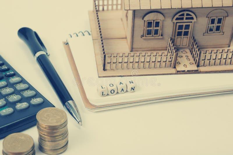 Begrepp av husköpet och försäkring Tabell för kontorsskrivbord med bästa sikt för tillförsel Räknemaskin guld- mynt, penna royaltyfri foto