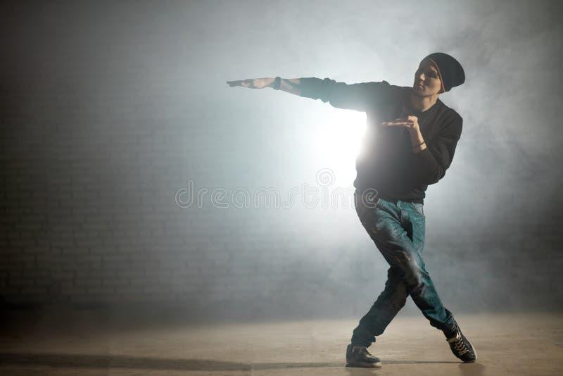 Begrepp av improvisation i dans dansa med utsträckta armar arkivbild