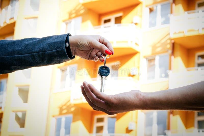 Begrepp av köpande som säljer och hyr hus En hand p för kvinna` s royaltyfri bild