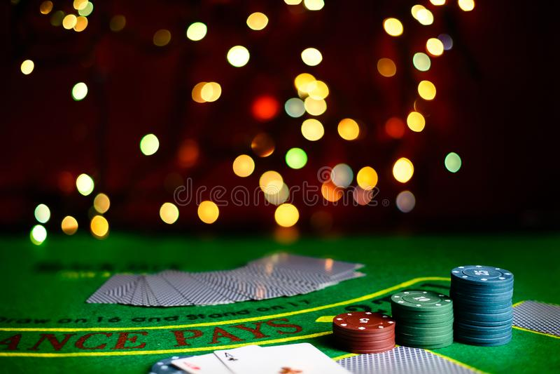Begrepp av kasinot och att spela kort och pengar Buntar av pokerchipen royaltyfri foto
