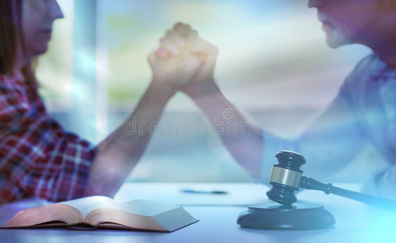 Begrepp av konflikten under skilsmässa; ljus effekt arkivfoto