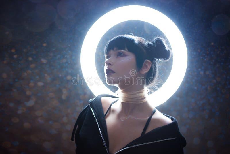 Begrepp av konstgjort liv Härlig ung kvinna, futuristisk stil royaltyfri fotografi