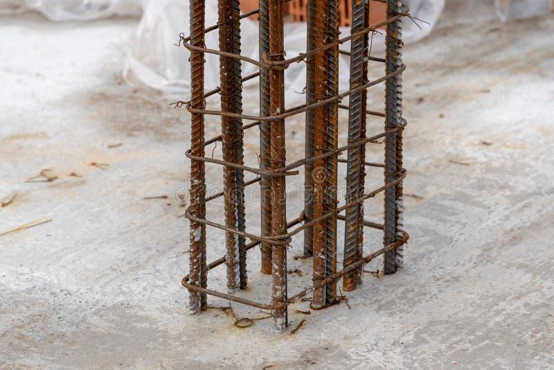 Begrepp av konstruktionstegelstenhuset Nära övre foto av beståndsdelen för metallbyggnadsservice i fundament arkivfoton