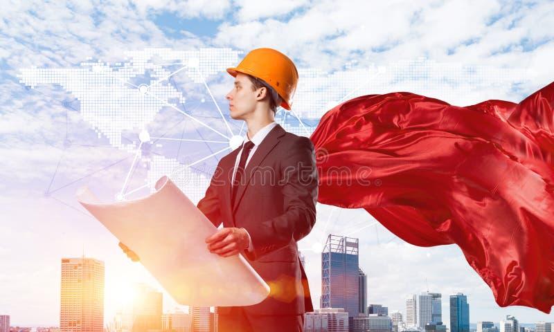 Begrepp av makt och framg?ng med arkitektsuperheroen i storstaden arkivfoto