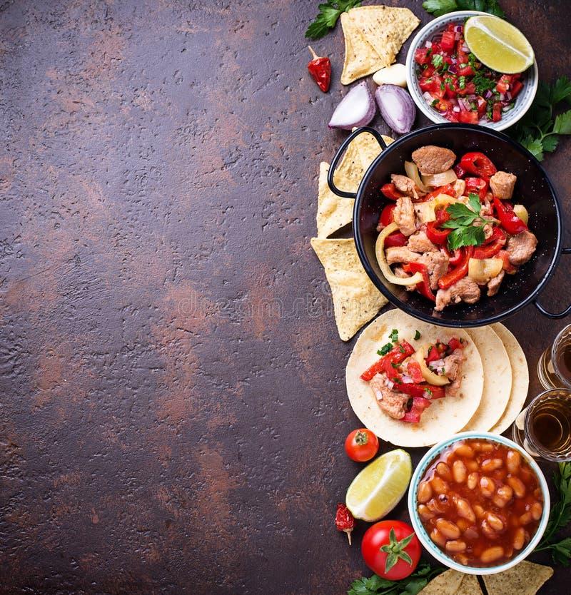 Begrepp av mexikansk mat Salsa, tortilla, bönor, fajitas och te royaltyfri fotografi