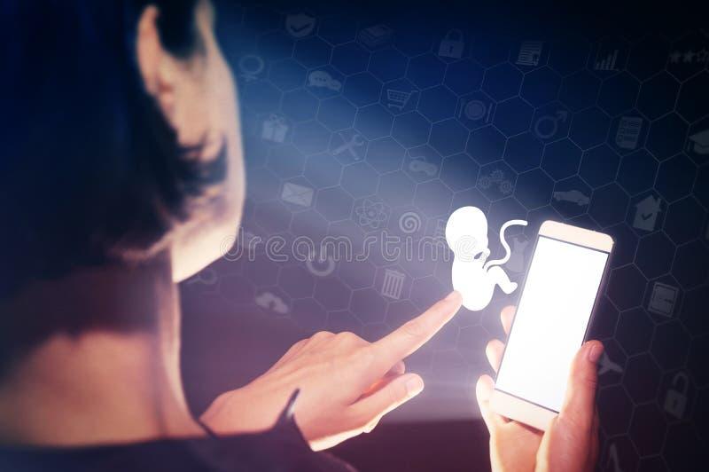 Begrepp av moderna teknologier i övervakning av hälsa för mamma- och barn` s, fertilitet, valet av kliniken eller obstetrikern royaltyfri bild