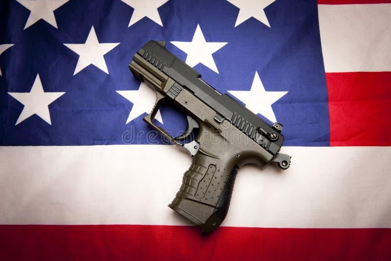Begrepp av pistolen på flaggan royaltyfri bild