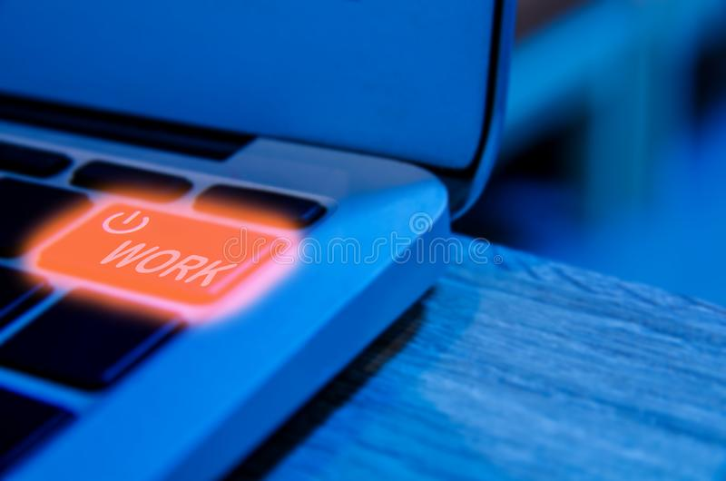 Begrepp av programmerarebehovet att ta ett avbrott eller att vila, detaljen för bärbar datorpanelljustangentbord med maktknappen royaltyfri bild