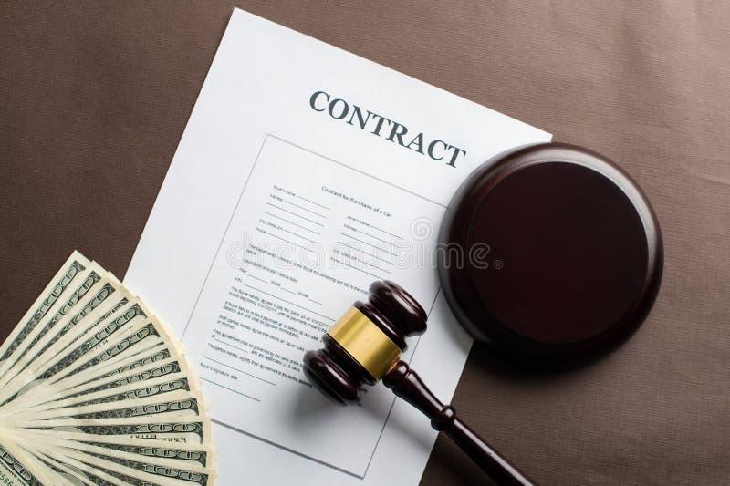 Begrepp av rättvisa, lag och kneget Laglig avtals- och domaregav royaltyfri bild