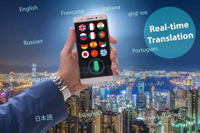 Begrepp av realtidsöversättningen med smartphoneappen royaltyfria foton