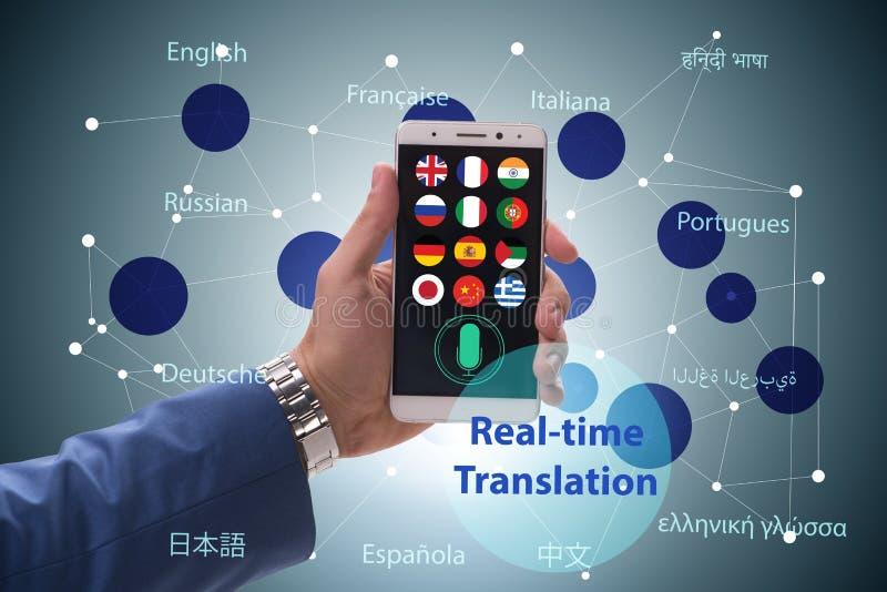 Begrepp av realtidsöversättningen med smartphoneappen royaltyfria bilder