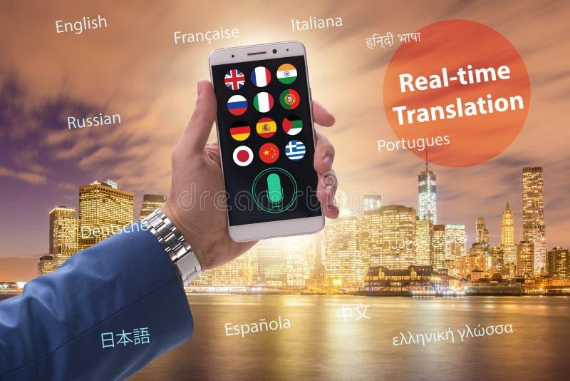 Begrepp av realtidsöversättningen med smartphoneappen arkivbilder