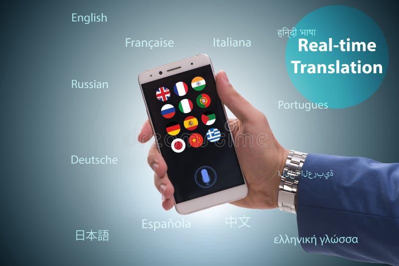 Begrepp av realtidsöversättningen med smartphoneappen arkivfoton