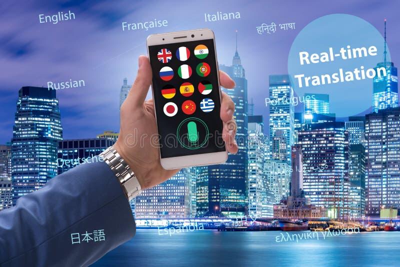 Begrepp av realtidsöversättningen med smartphoneappen royaltyfri bild