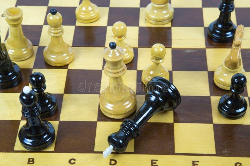 Begrepp av schackleken med det realistiska brädet och svartvita diagram royaltyfri foto