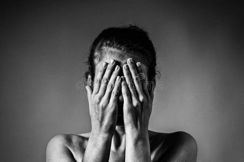 Begrepp av skräck, skam, familjevåld royaltyfria foton