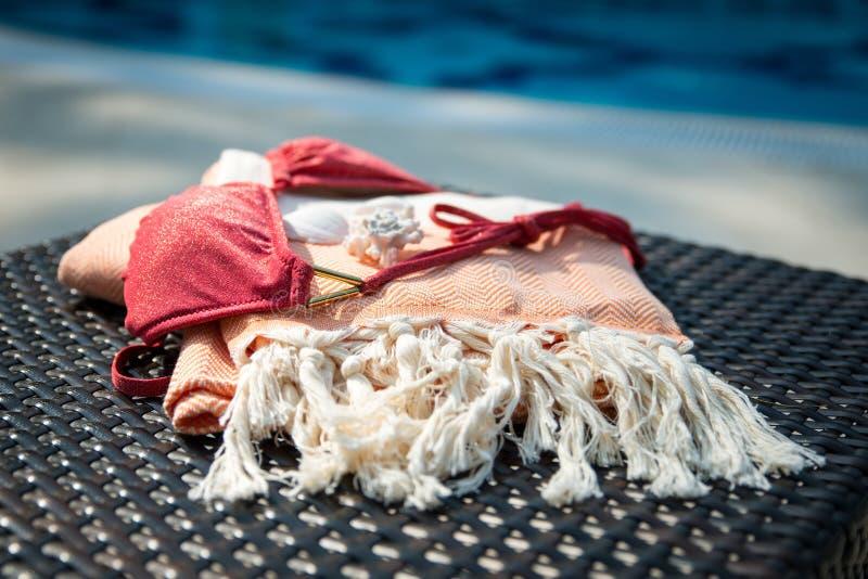 Begrepp av sommartillbehörnärbilden av den vita och orange turkiska handduken royaltyfria foton