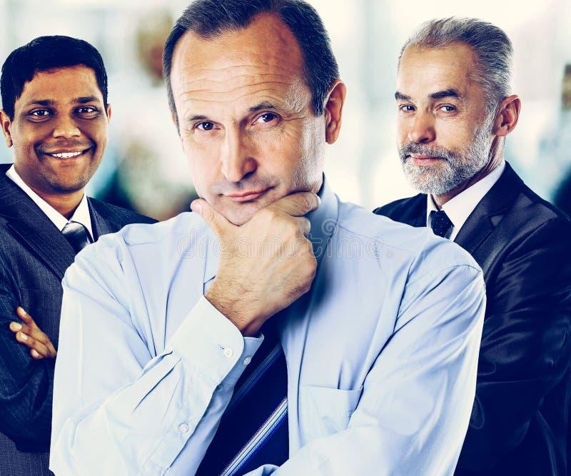 Begrepp av teamwork och partnerskap med en gruppaffärsman in royaltyfria bilder