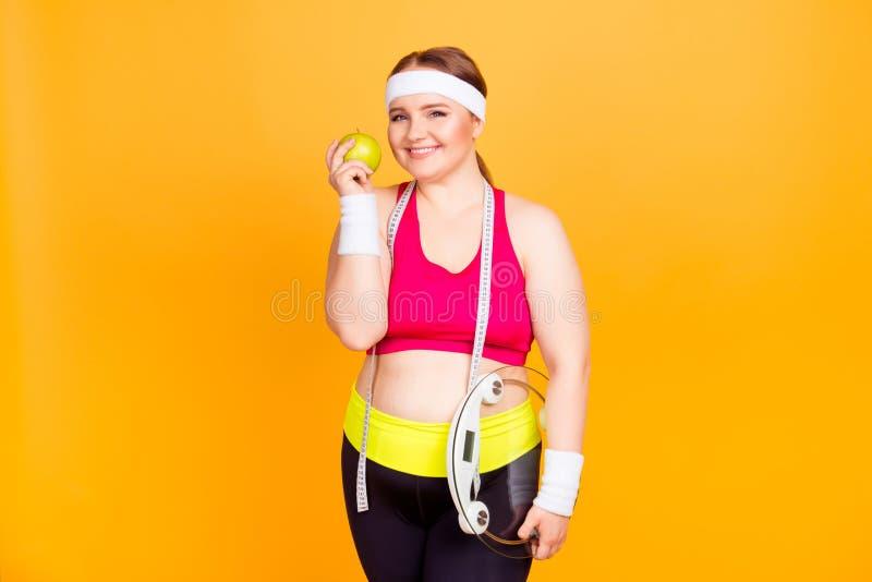 Begrepp av viktförlust och sunt äta Lyckligt gladlynt upphetsar arkivfoto